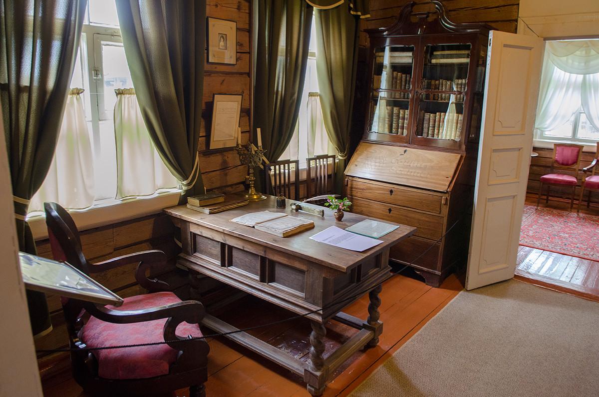 Письменный стол и личное кресло в рабочем кабинете музея Суворова, подлинные личные вещи хозяина.
