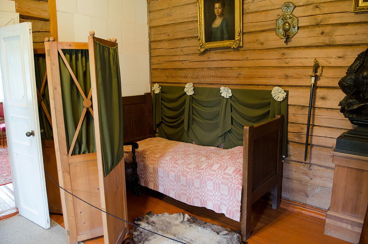 Музей Суворова представляет другой угол его кабинета, где за ширмой он и спал. На стене портрет дочери, рядом - шпага.
