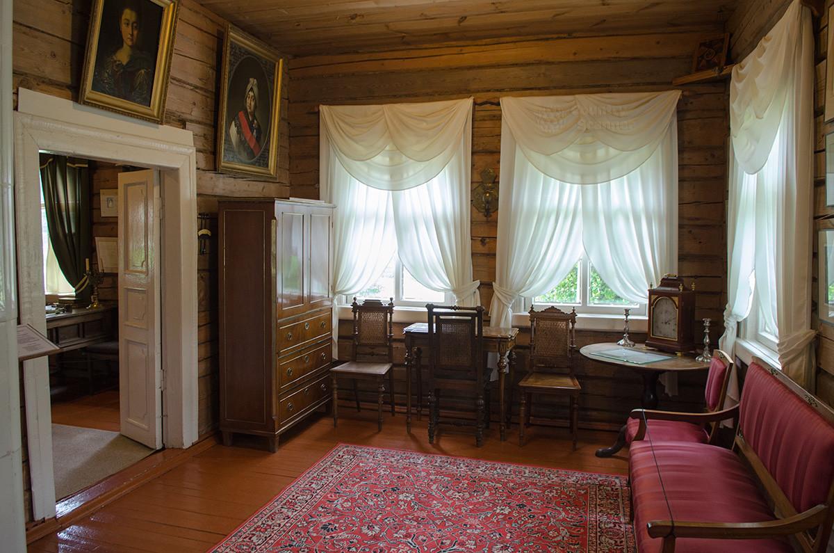 В малой гостиной музея Суворова немногочисленная мебель, в том числе круглый стол со старинными часами.