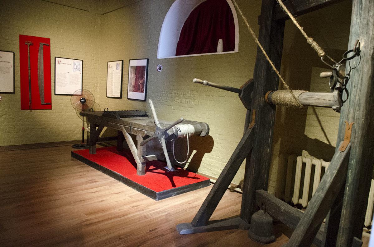 Одним из самых распространенных орудий пыток Средневековья была дыба, растягивающая человеческое тело. Представлены варианты с подвеской и растяжением на столе.