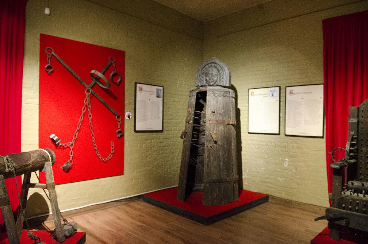 Нюрнбергская дева, впервые использованная в этом городе – одно из самых изощренных орудий пыток Средневековья. На стене – Молитвенный крест.