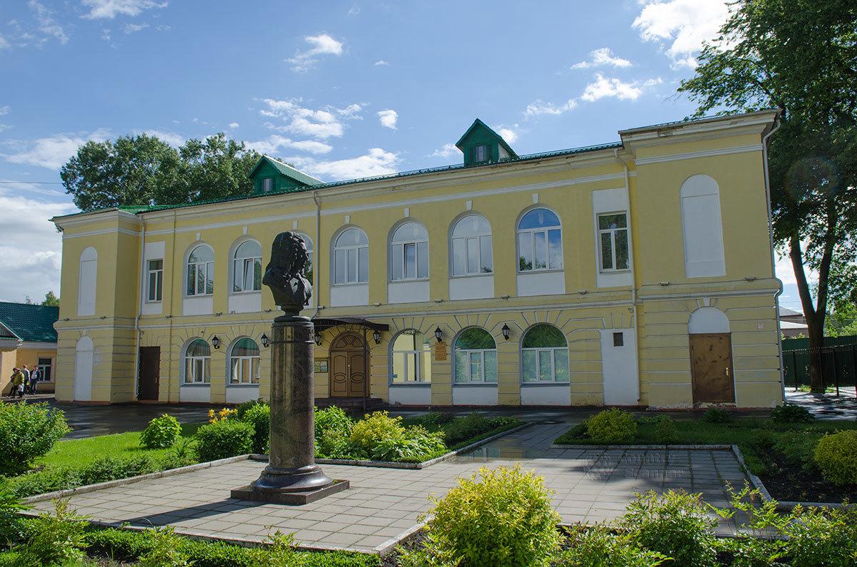 Здание путевого дворца в Солнечногорске – бывшая почтовая станция и земская больница, а ныне музей. Перед ним бюст Татищева, одного из уроженцев района.