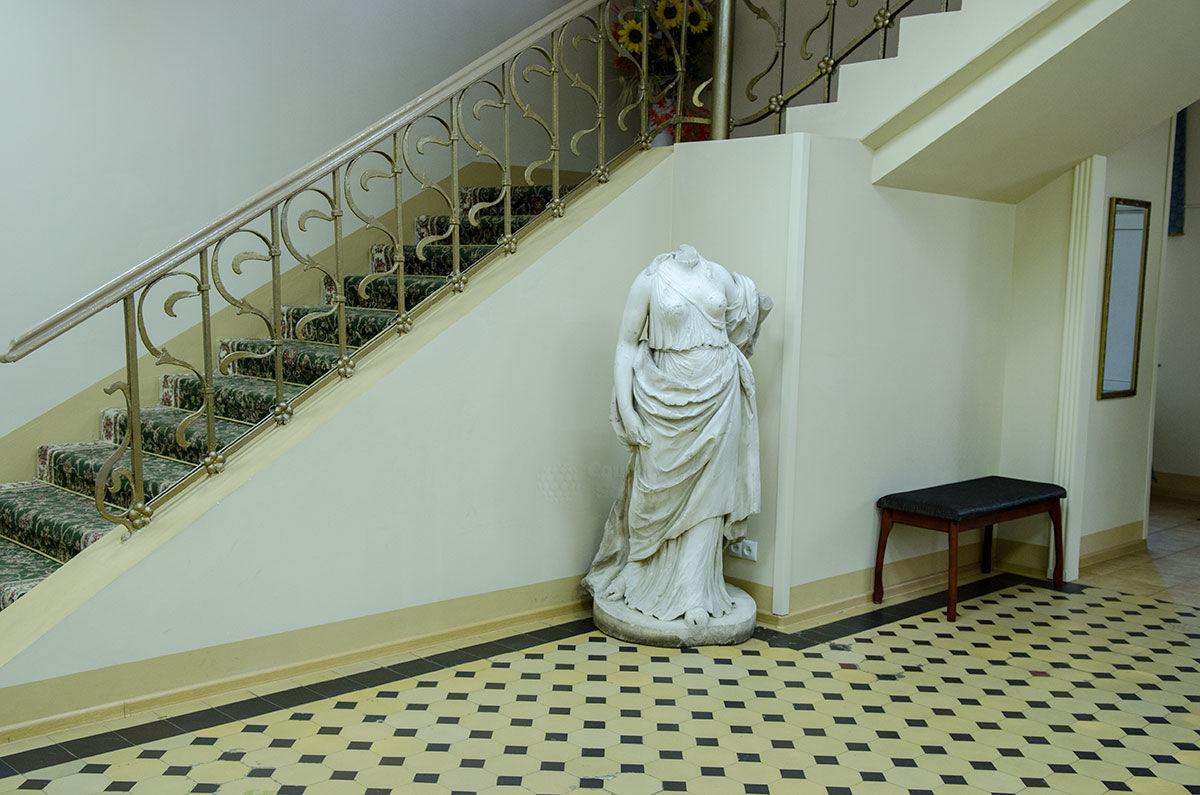 Скульптура у основания лестницы подъема на второй этаж путевого дворца в Солнечногорске.