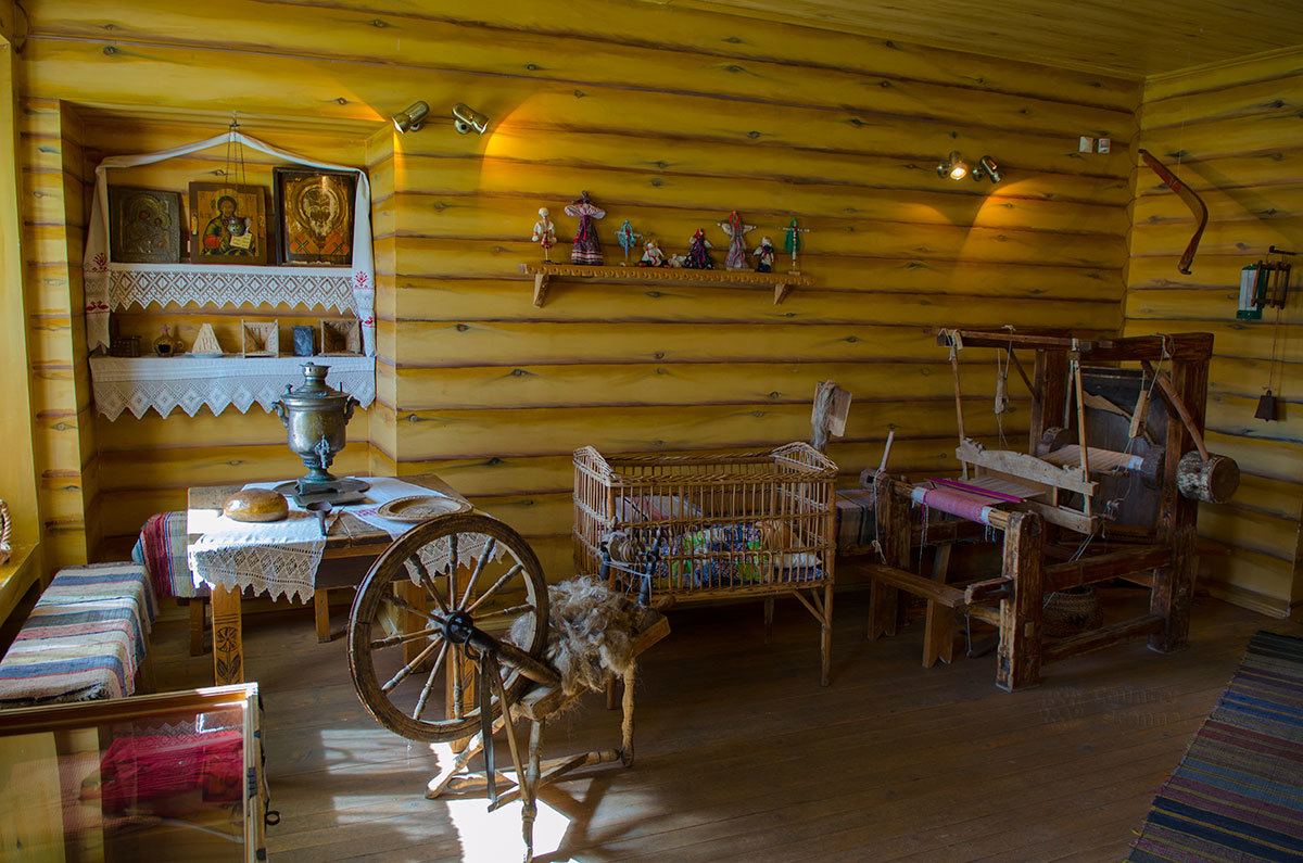 Домашняя божница крестьянской избы, прялка и ткацкий станок, плетеная из лозы детская коляска в путевом дворце в Солнечногорске.