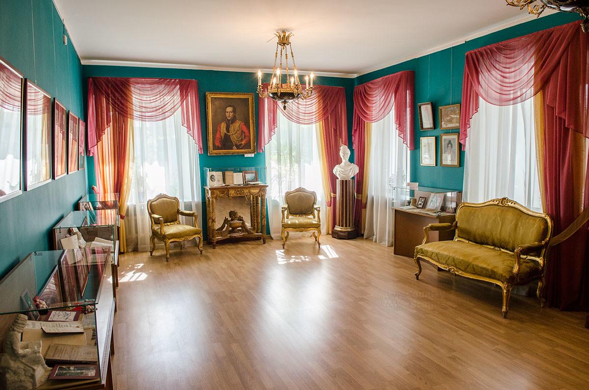 Путевой дворец в Солнечногорске представляет быт аристократии на примере дворянской гостиной.