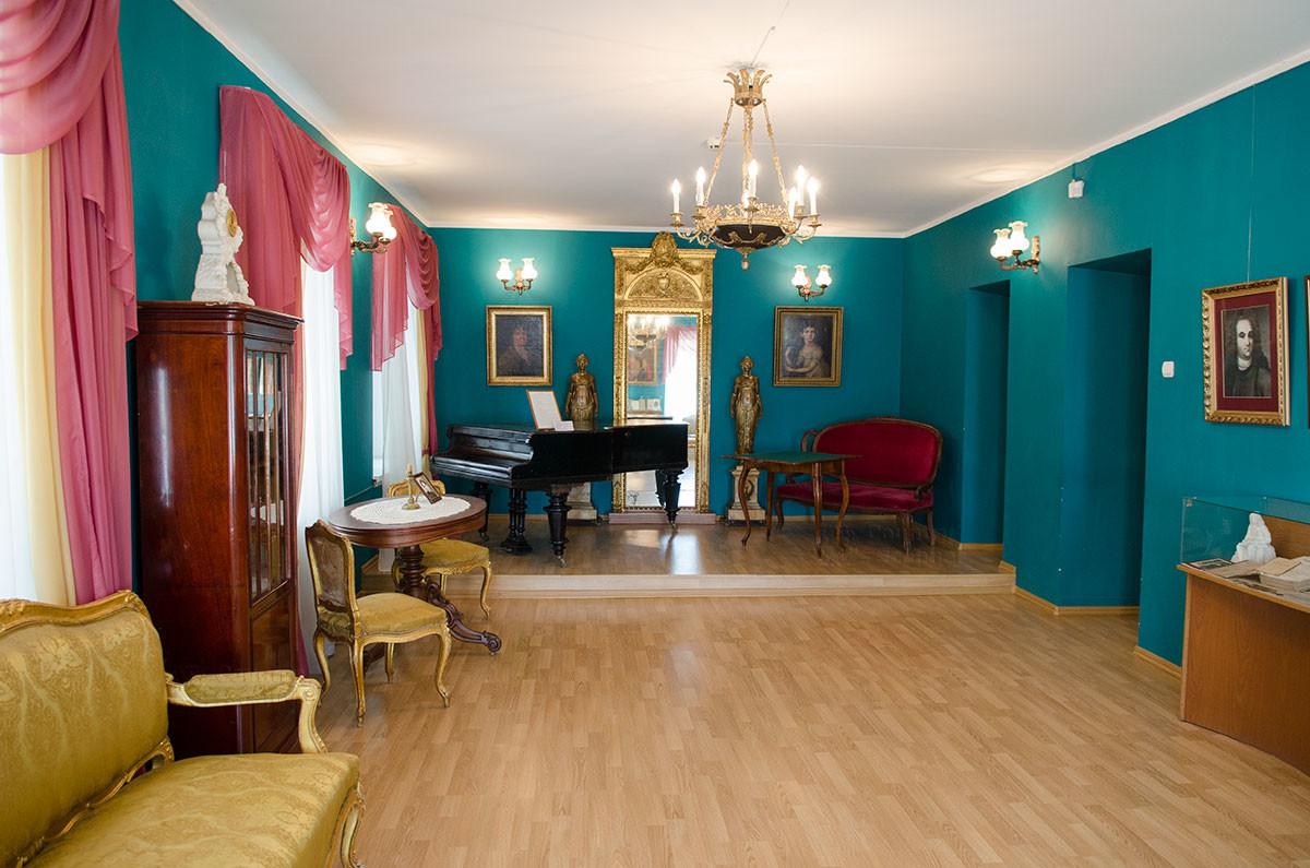 Музыкальный салон дворянской гостиной в путевом дворце в Солнечногорске расположен на невысоком подиуме.