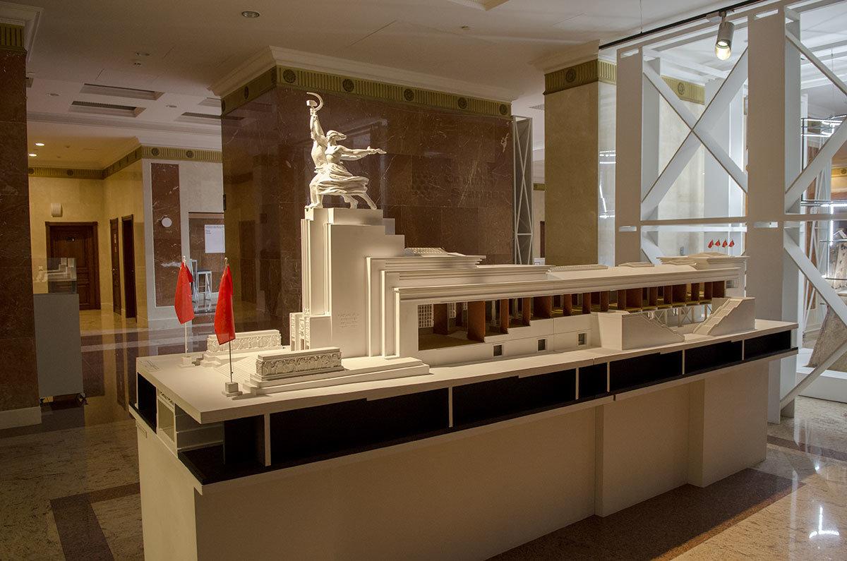 Внешний вид павильона Парижской выставки 1937 года со скульптурой Рабочий и колхозница несколько отличается от воссозданного в новом тысячелетии.