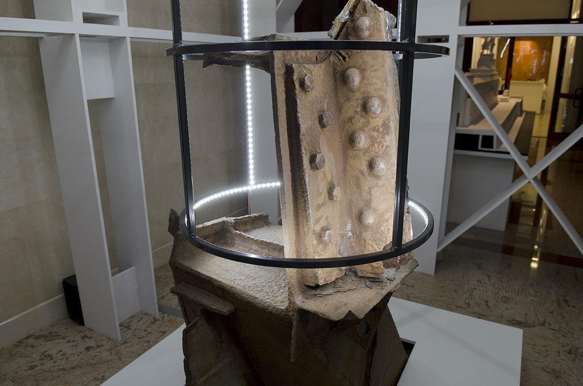 Подвергнутые замене из-за утраты прочности элементы каркаса статуи Рабочего и колхозницы размещены в музейной экспозиции.