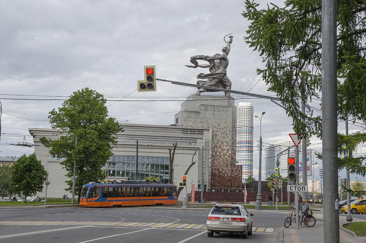 Внушительная скульптурная группа Рабочий и колхозница обрела постоянное место размещения вблизи входа на территорию ВВЦ.