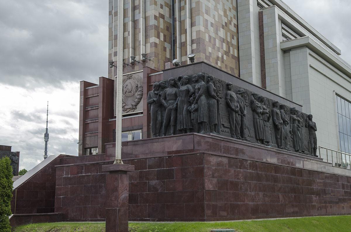 Основание постамента группы Рабочий и колхозница по-прежнему украшено рельефными изображениями советских тружеников и герб исчезнувшей могучей державы.