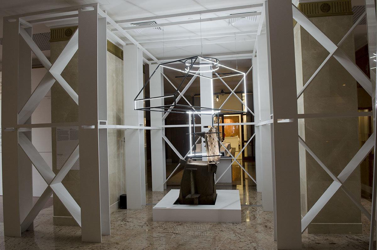 Нижнее помещение постамента Рабочего и колхозницы отведено под экспозицию об истории этого монумента.