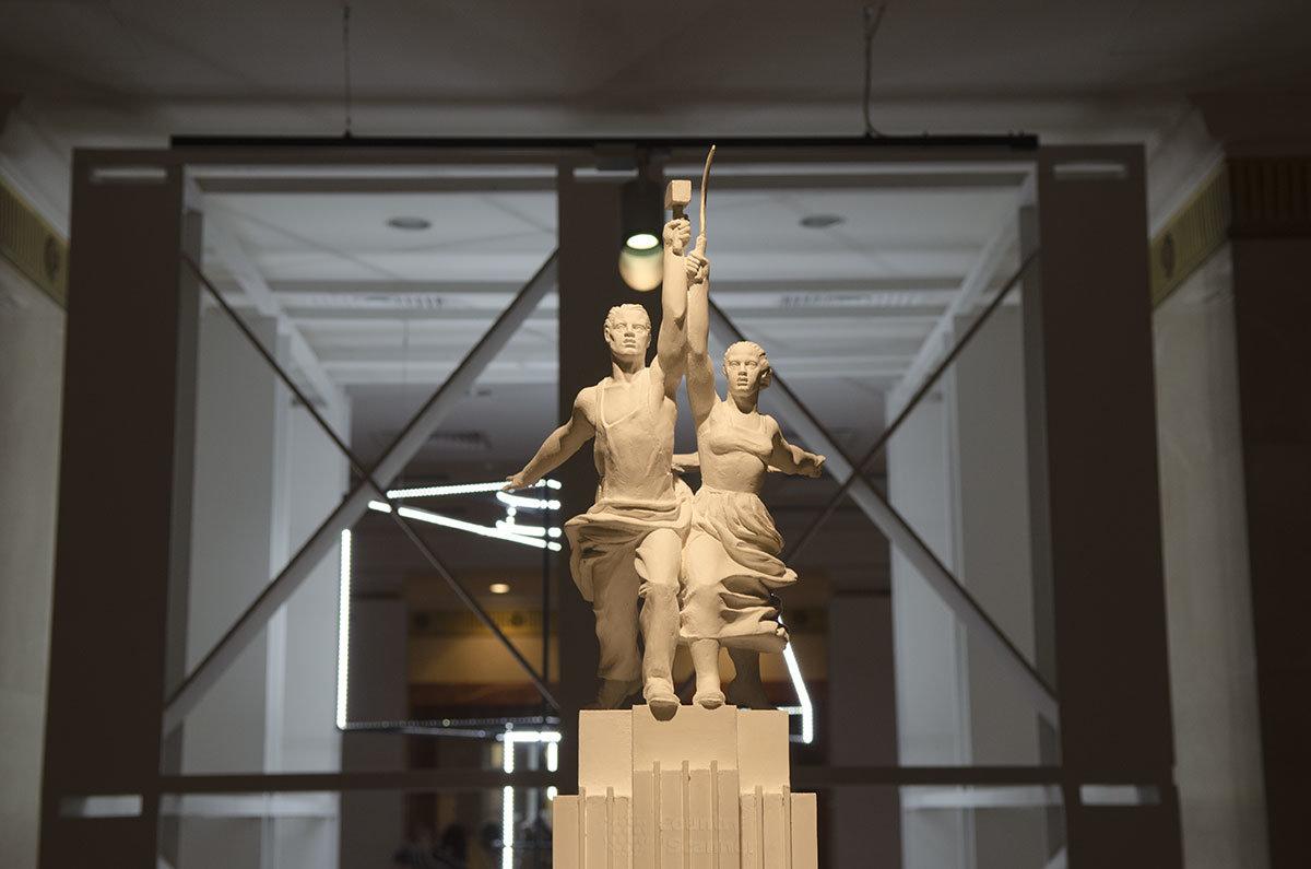 Фигуры рабочего и колхозницы выполнялись в их натуральную величину путем многократного увеличения размеров макета.