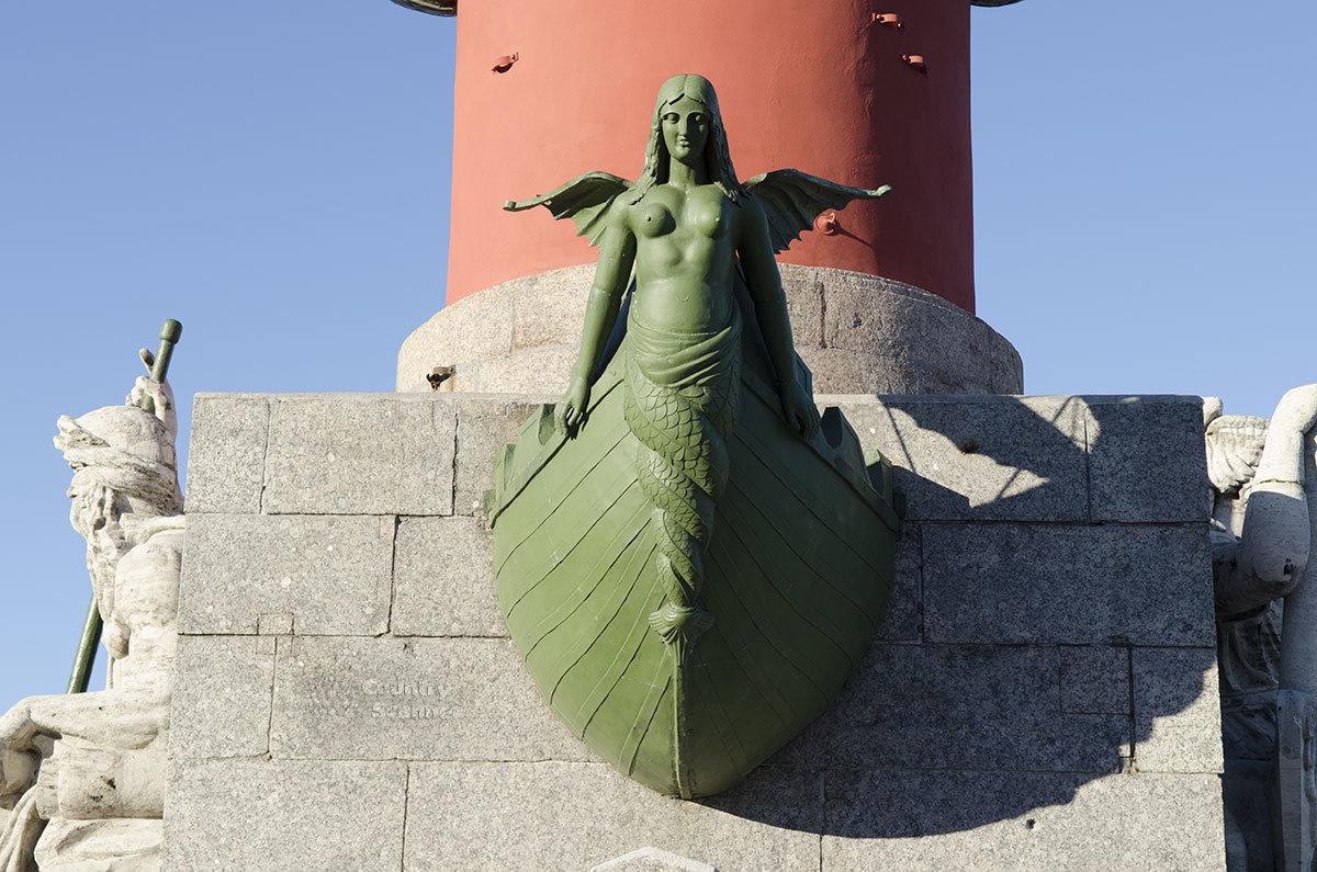 Одна из бронзовых фигур, размещенных на стволах ростральных колонн, изображает фантастическое существо из древних мифов.