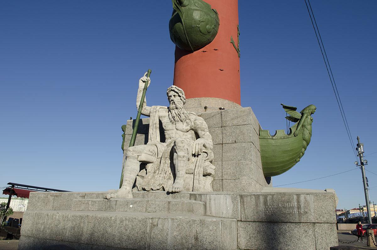 Статуи морских божеств возле оснований ростральных колонн изготовлены из гатчинского известняка, который из-за погодных факторов нуждается в реставрации.