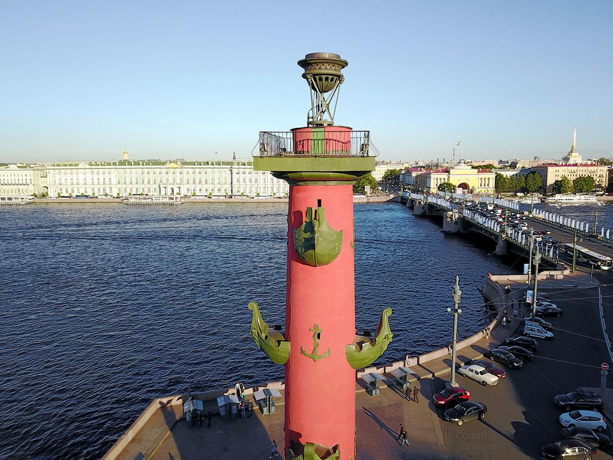 Светильник и площадка для его обслуживания на оголовке одной из ростральных колонн.