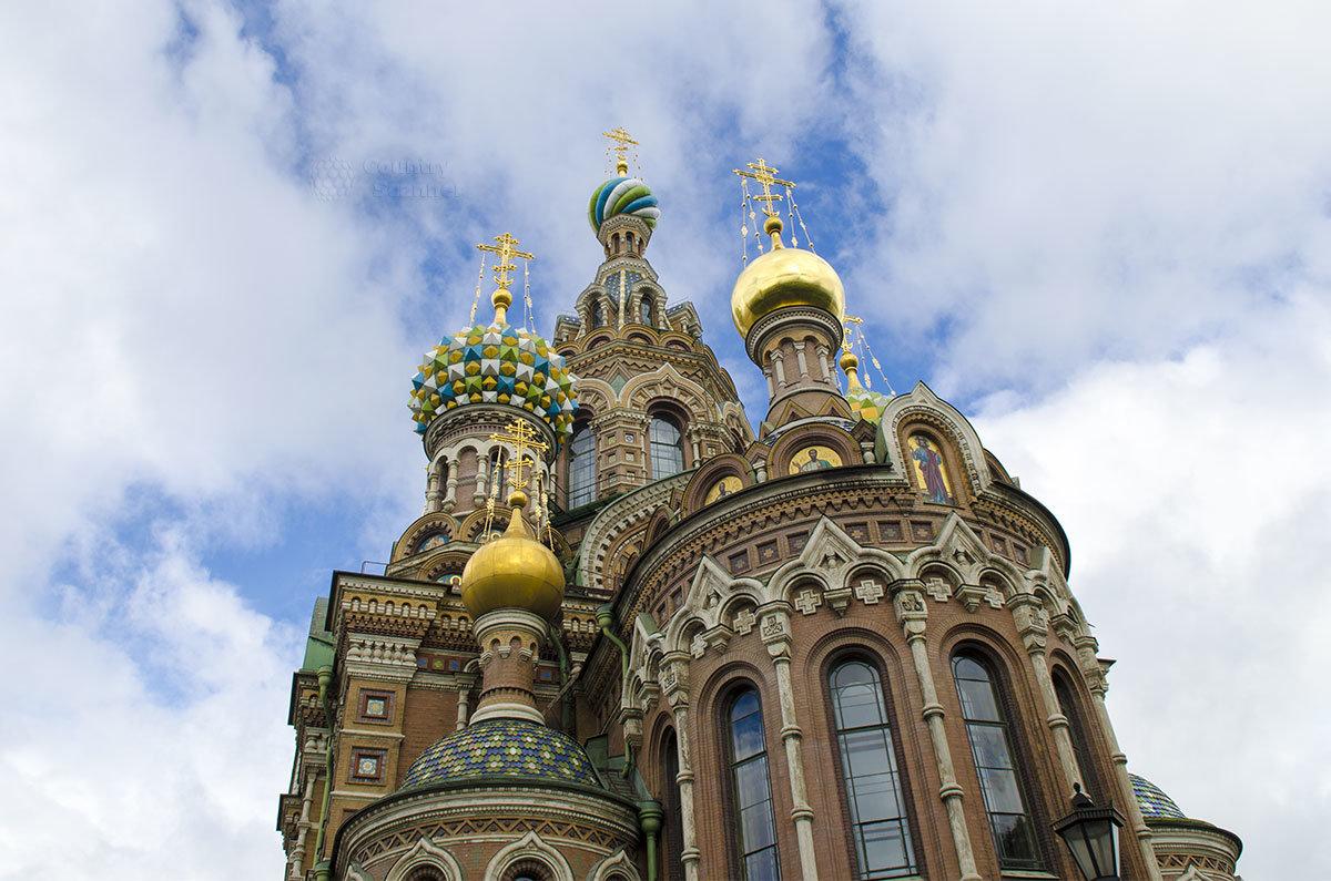Позолоченные и эмалированные купола Спаса на Крови во многом определяют внешний облик Санкт-Петербурга.