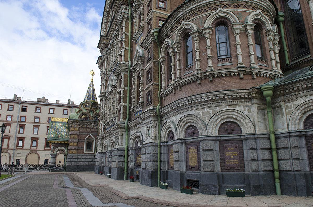 Памятные доски в нишах цокольного этажа здания храма Спаса на Крови повествуют о жизненном пути императора Александра II, его реформах и территориальных приобретениях.