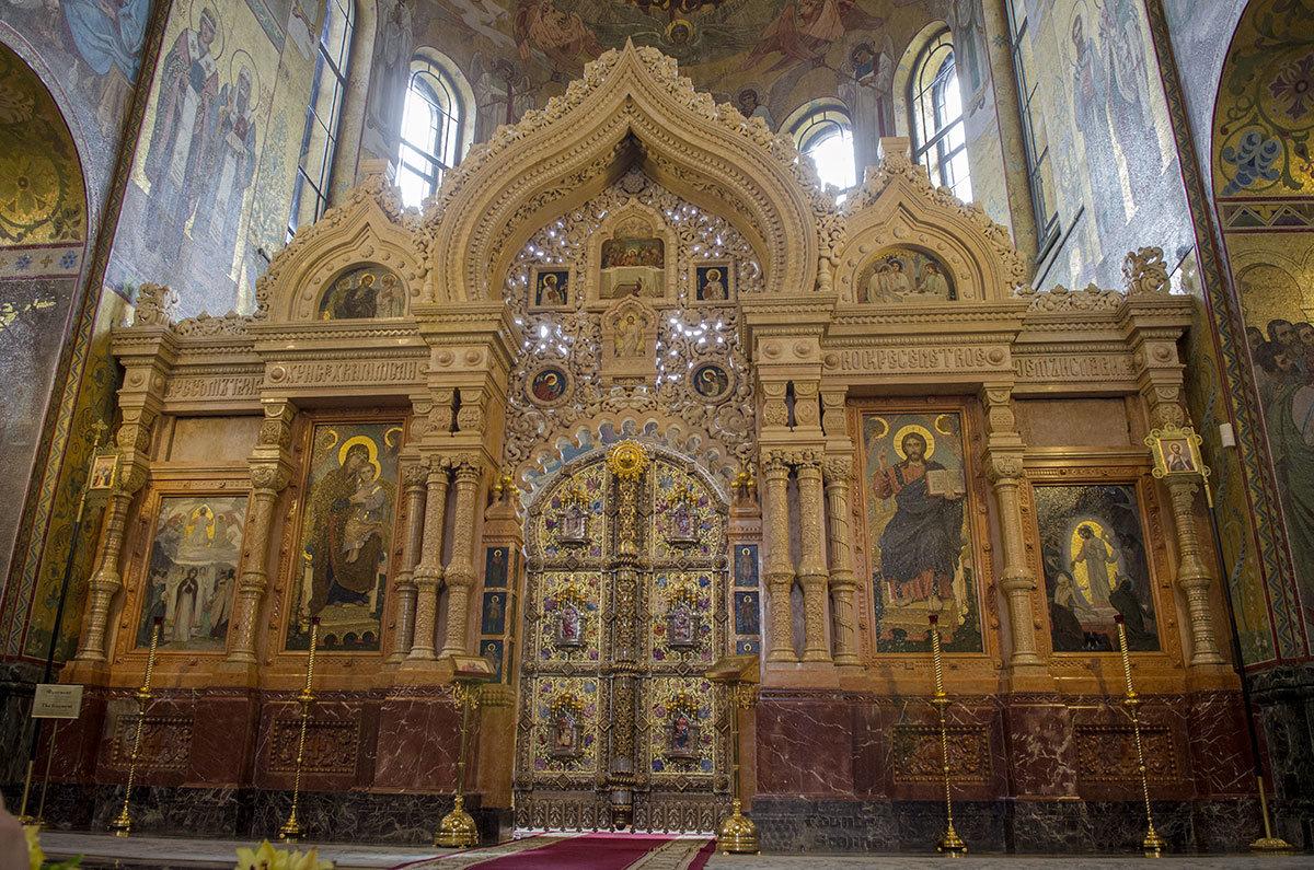 Центральная часть иконостаса алтаря храма Спас на Крови выполнена из редких сортов мрамора, расцветкой напоминающего древесину ценных пород.