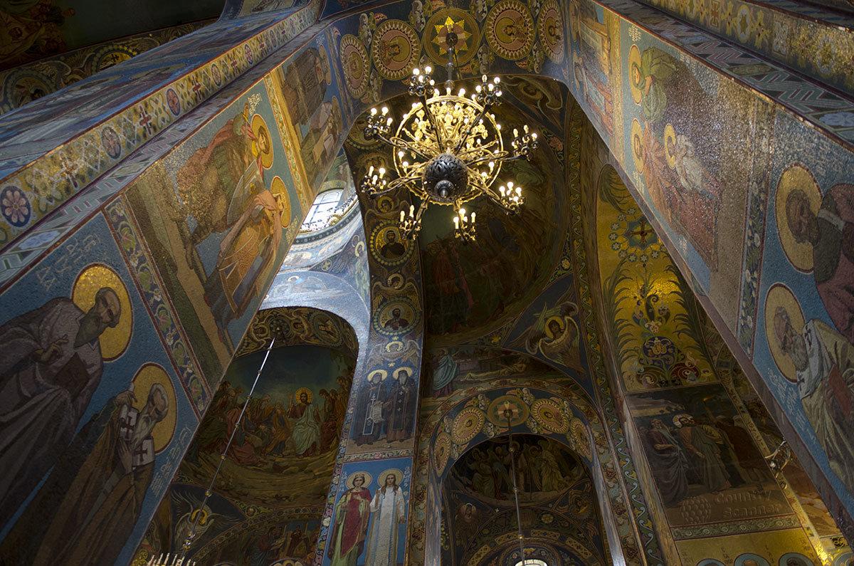 С помощью мозаичных изображений достигнут неповторимый внутренний облик храма Спас на Крови в Санкт-Петербурге.