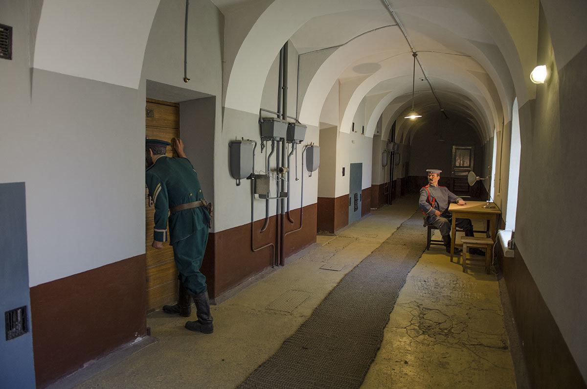 Инсталляция, иллюстрирующая систему наздора за заключенными в камерах тюрьмы Трубецкого бастиона.