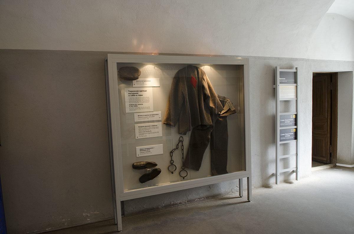 В одной из витрин тюрьмы Трубецкого бастиона демонстрируется одежда приговоренных к каторжным работам.