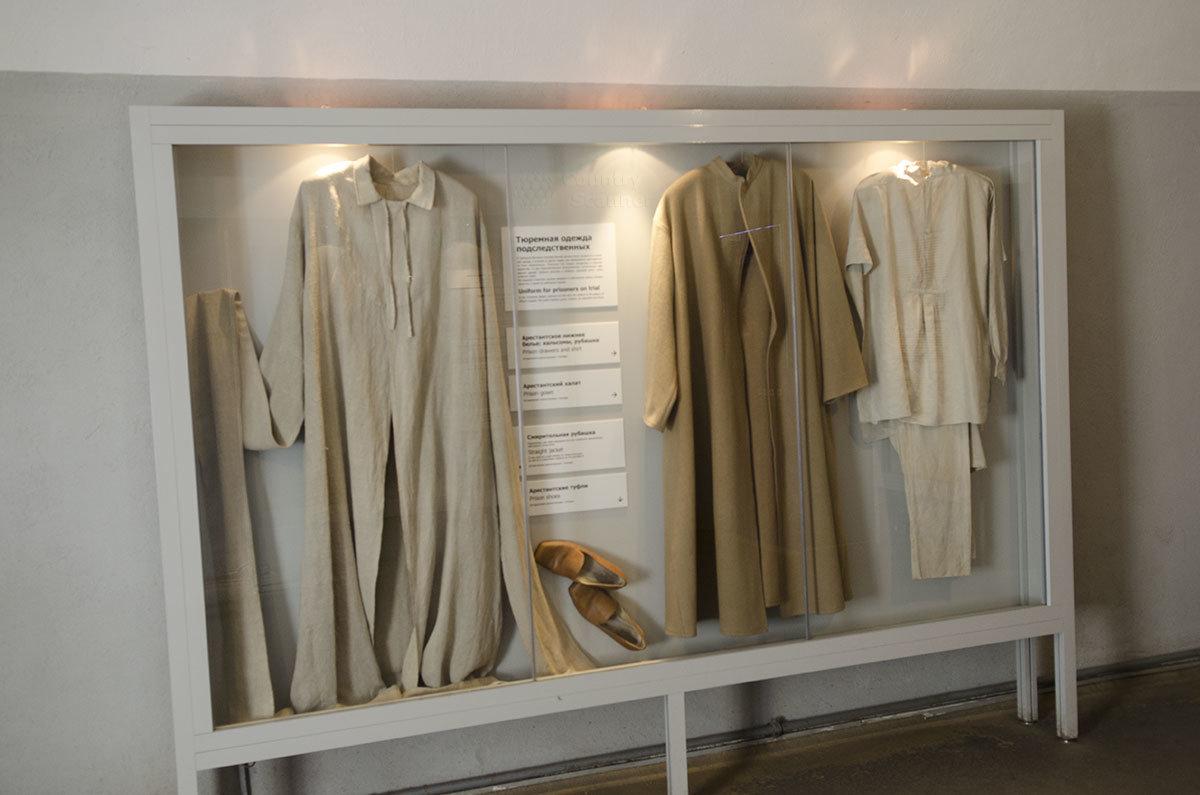 Подозреваемые в совершении политических преступлений носили одеяния, представленные в витрине музея – тюрьмы Трубецкого бастиона.