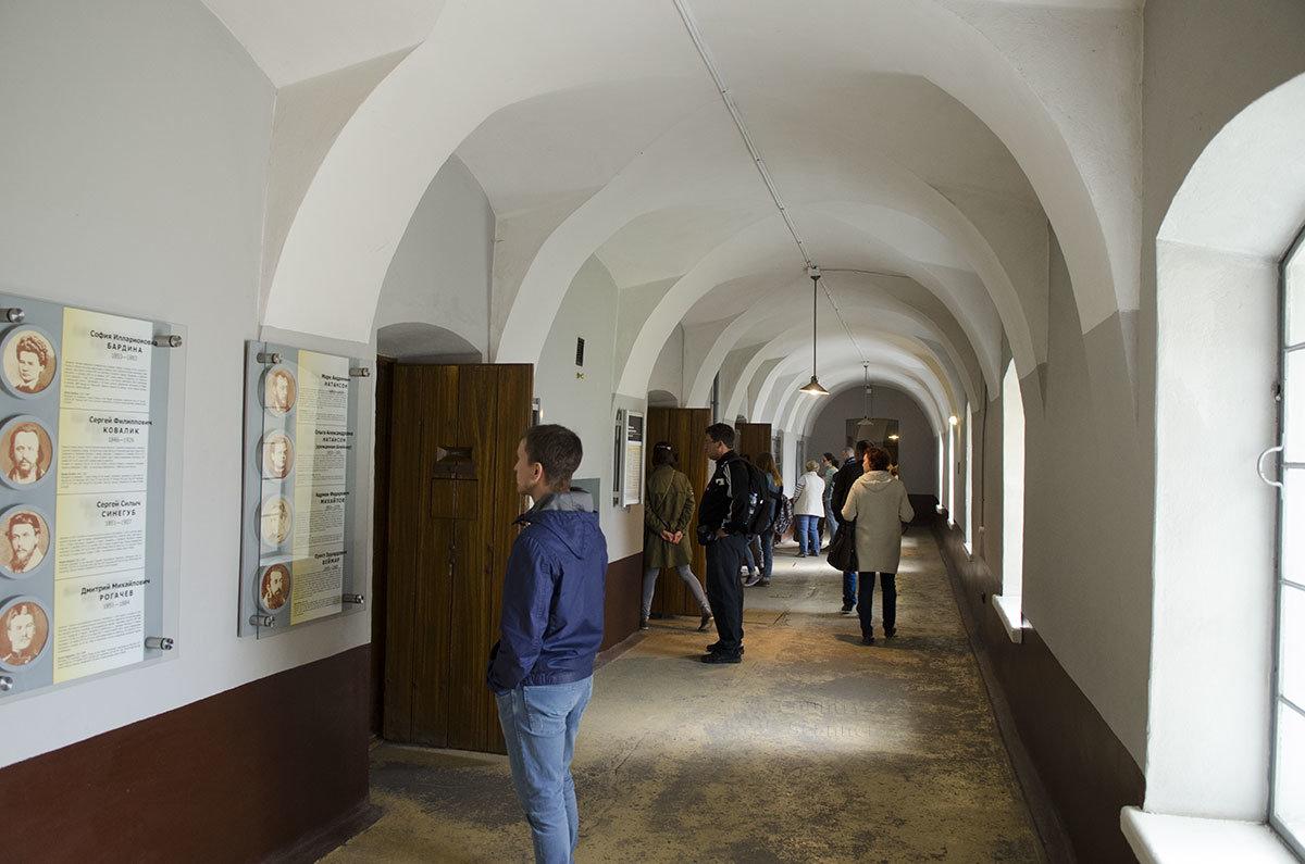 В коридоре тюрьмы Трубецкого бастиона представлены стенды с информацией о самых известных узниках этого места лишения свободы.