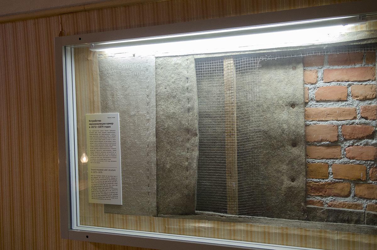 Выставленные в витрине тюрьмы Трубецкого бастиона образцы звукоизоляционных материалов использовались для недопущения перестукивания заключенных.