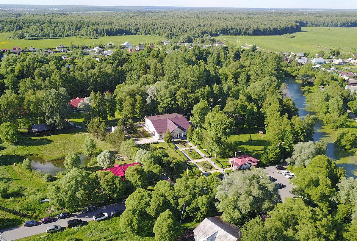 Ближайшие окрестности усадьбы Чехова в Мелихове выглядят очень живописно с высоты полета беспилотного аппарата в фотокамерой.