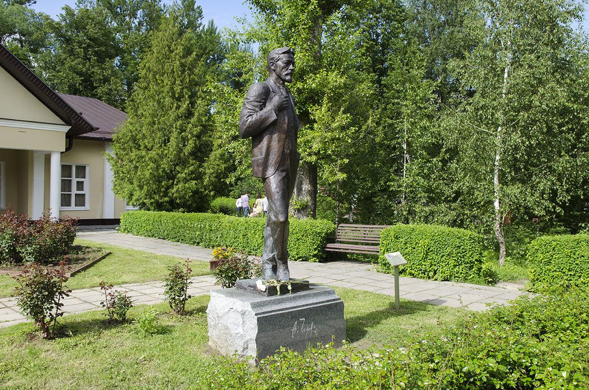 Усадьба Чехова встречает посетителей памятником великому писателю и драматургу работы скульптора Чернова.