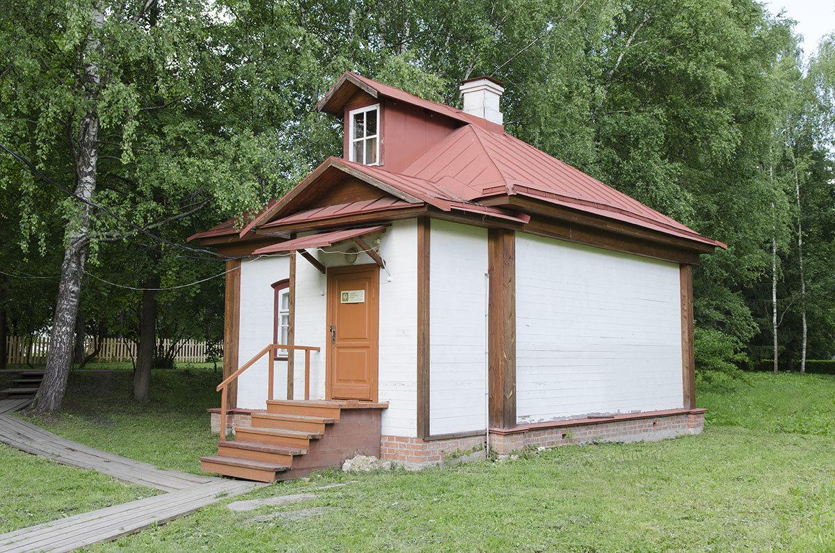 Под административное здание управления усадьбы Чехова выделена одна из восстановленных построек конца позапрошлого века.