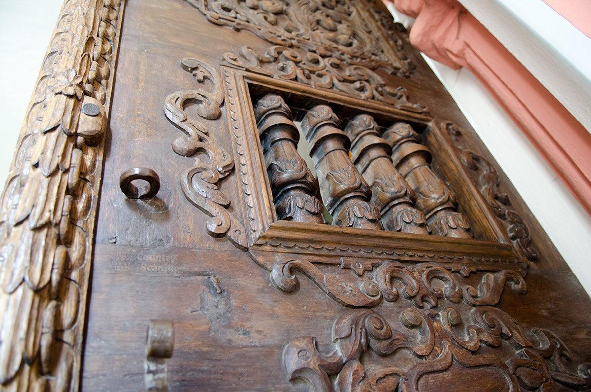 Валдайский Иверский монастырь. Резные двери храма