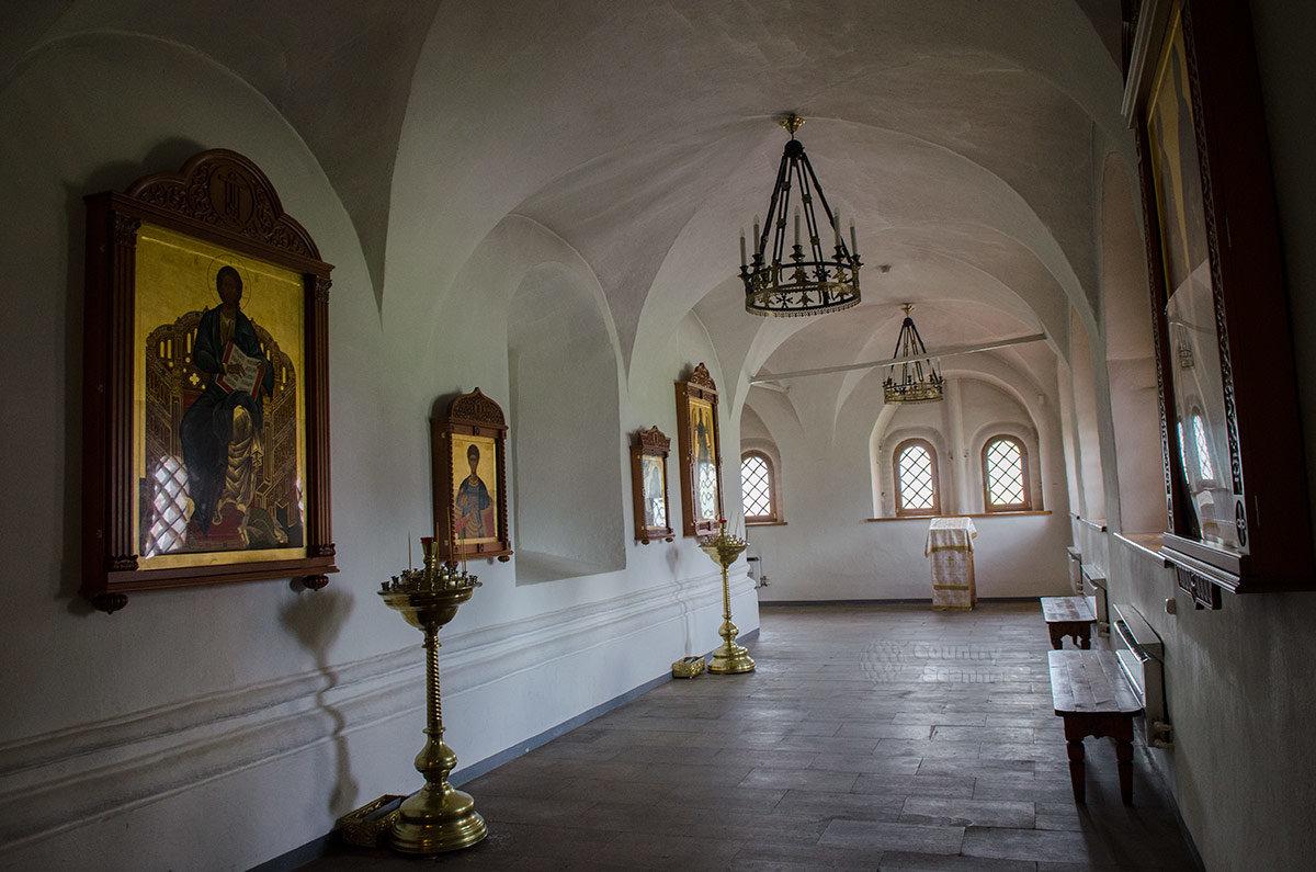 Валдайский Иверский монастырь. Опоясывающая алтарь крытая галерея.