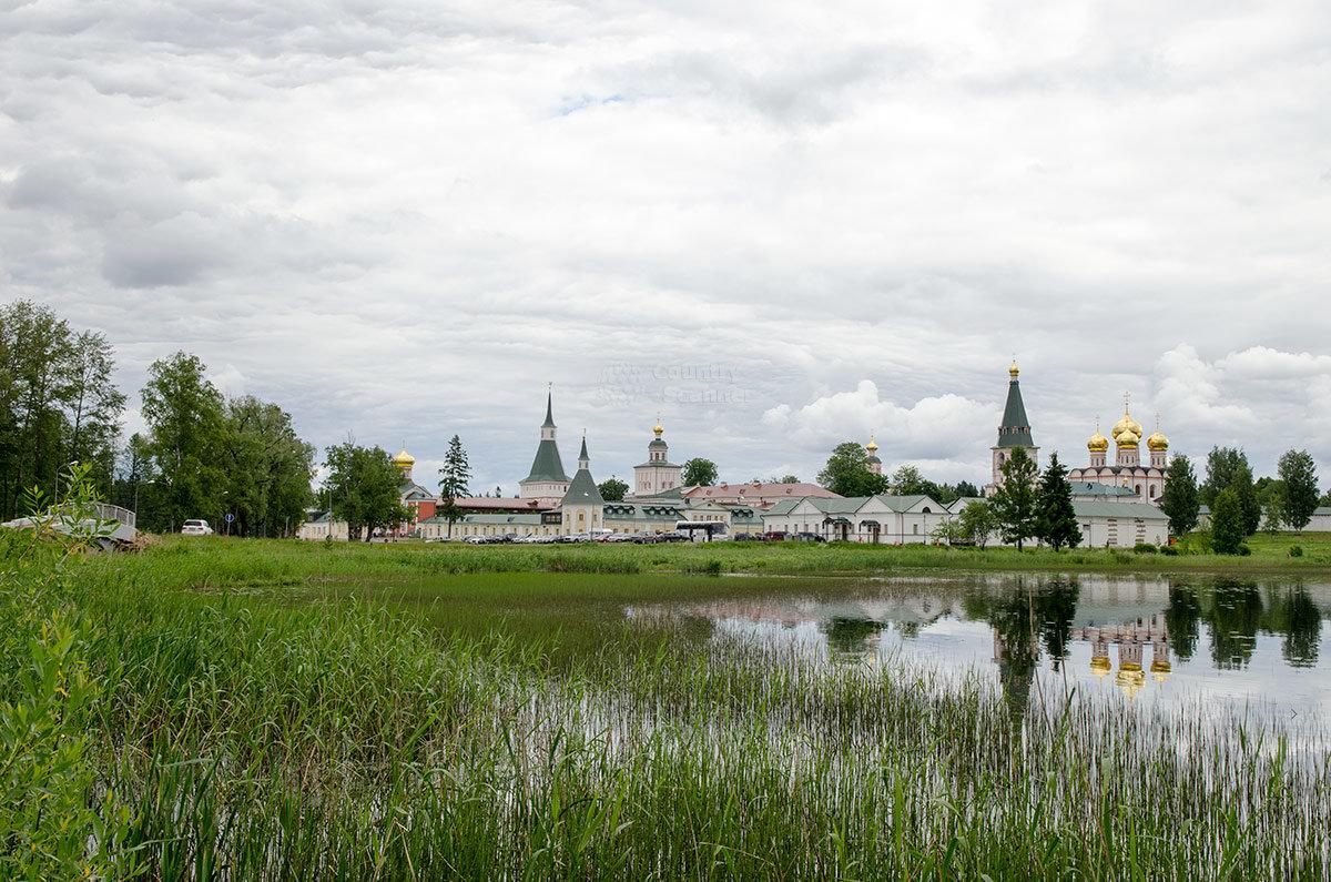 Сооружения Валдайского Иверского монастыря с прибрежной зоной озера.