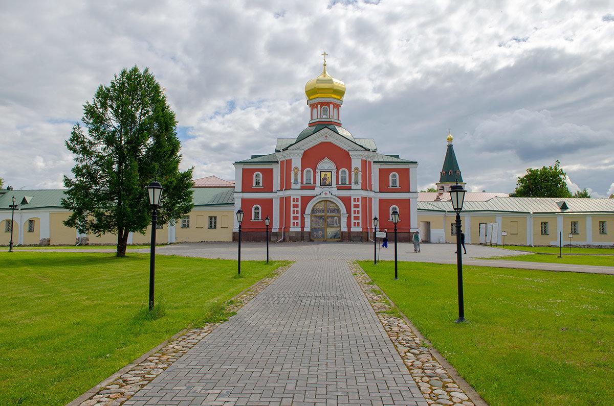 Наружные Святые ворота Иверского монастыря с надвратной церковью в честь святителя Филиппа.