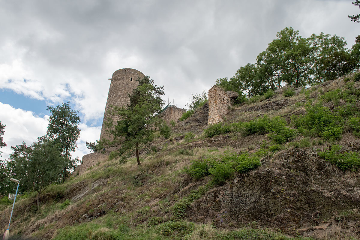 Башни и крепостные стены замка Жебрак открываются путешественникам на высоком скалистом склоне.