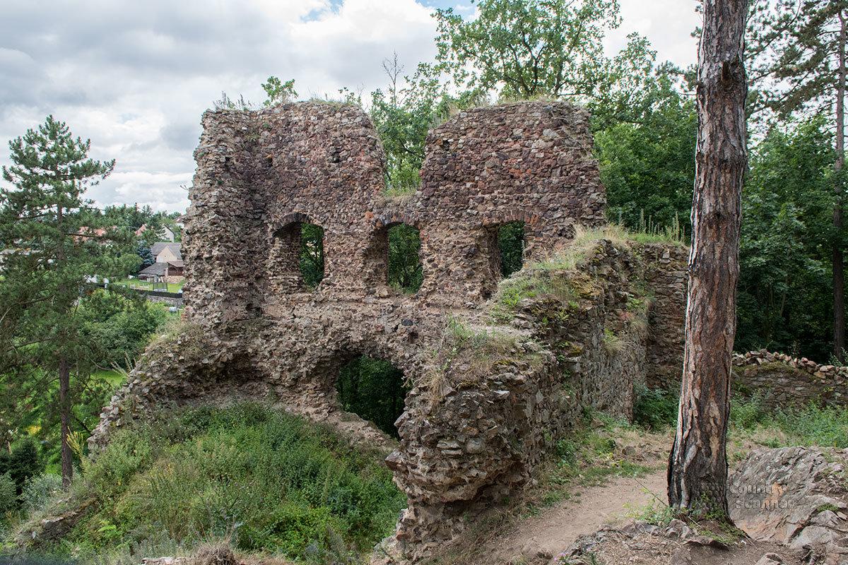 Способы кирпичной кладки, которыми владели каменщики древних времен, прекрасно видны на частично разрушенных фрагментах замка Жебрак.