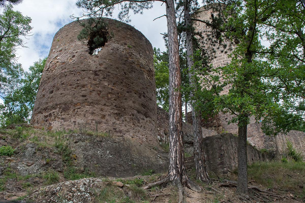 Два самых высоких сооружения замка Жебрак – центральная башня цитадели и меньшая по высоте сторожевая башня.