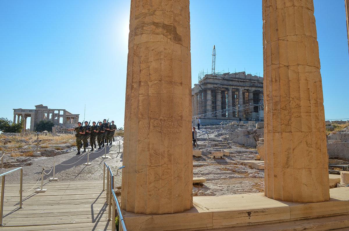Армейский караул греческих военнослужащих надежно обеспечивает сохранность исторических реликвий афинского Акрополя.