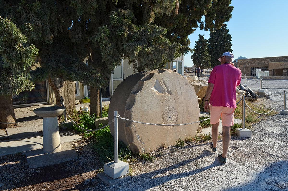 Туристов очень интересуют составные части стволов храмовых колонн афинского Акрополя – огромные диски из тщательно обработанного мрамора.