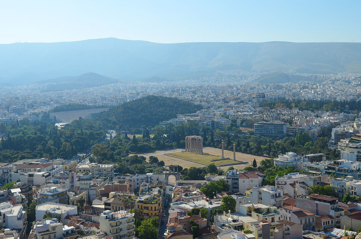 Среди видимых с афинского Акрополя достопримечательностей – громадный храм Зевса Олимпийского и стадион Панатинаикос.