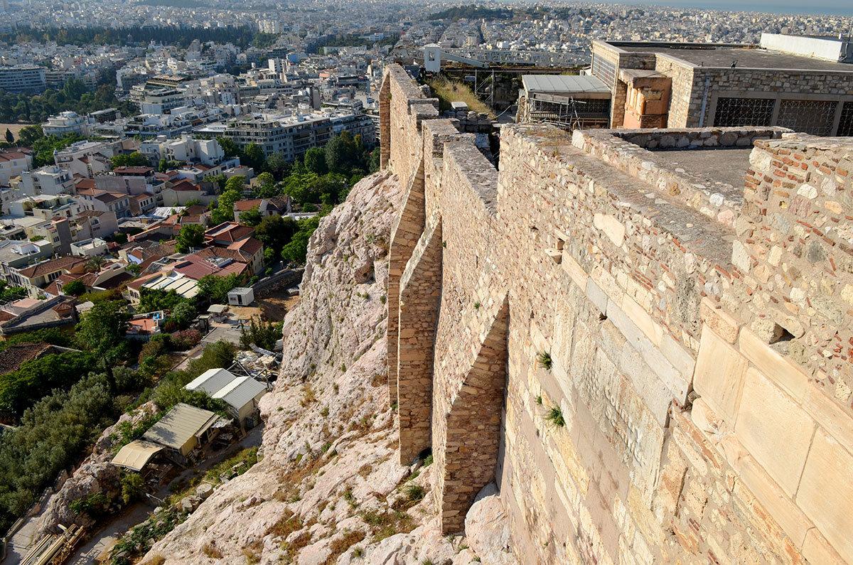 Отвесные стены укреплений афинского Акрополя вкупе с крутыми скальными утесами надежно защищали от вражеских набегов.