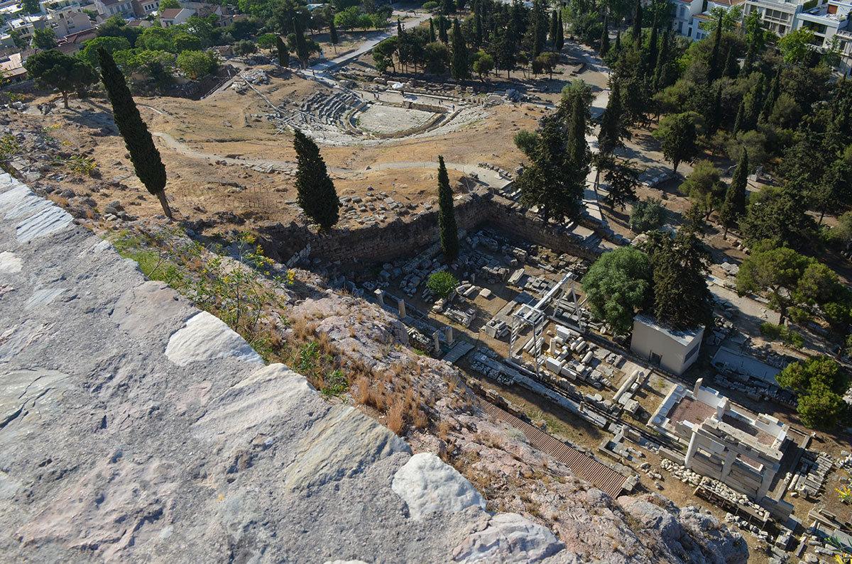Древнейший театр Диониса, лежащий у юго-восточного склона афинского Акрополя, был свидетелем творческих состязаний основоположников драматургии.