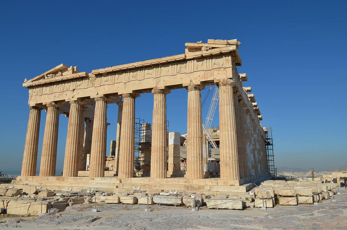 Финальный снимок храма Парфенон запечатлел нынешнее состояние жемчужины афинского Акрополя, с лесами и подъемным краном внутри.