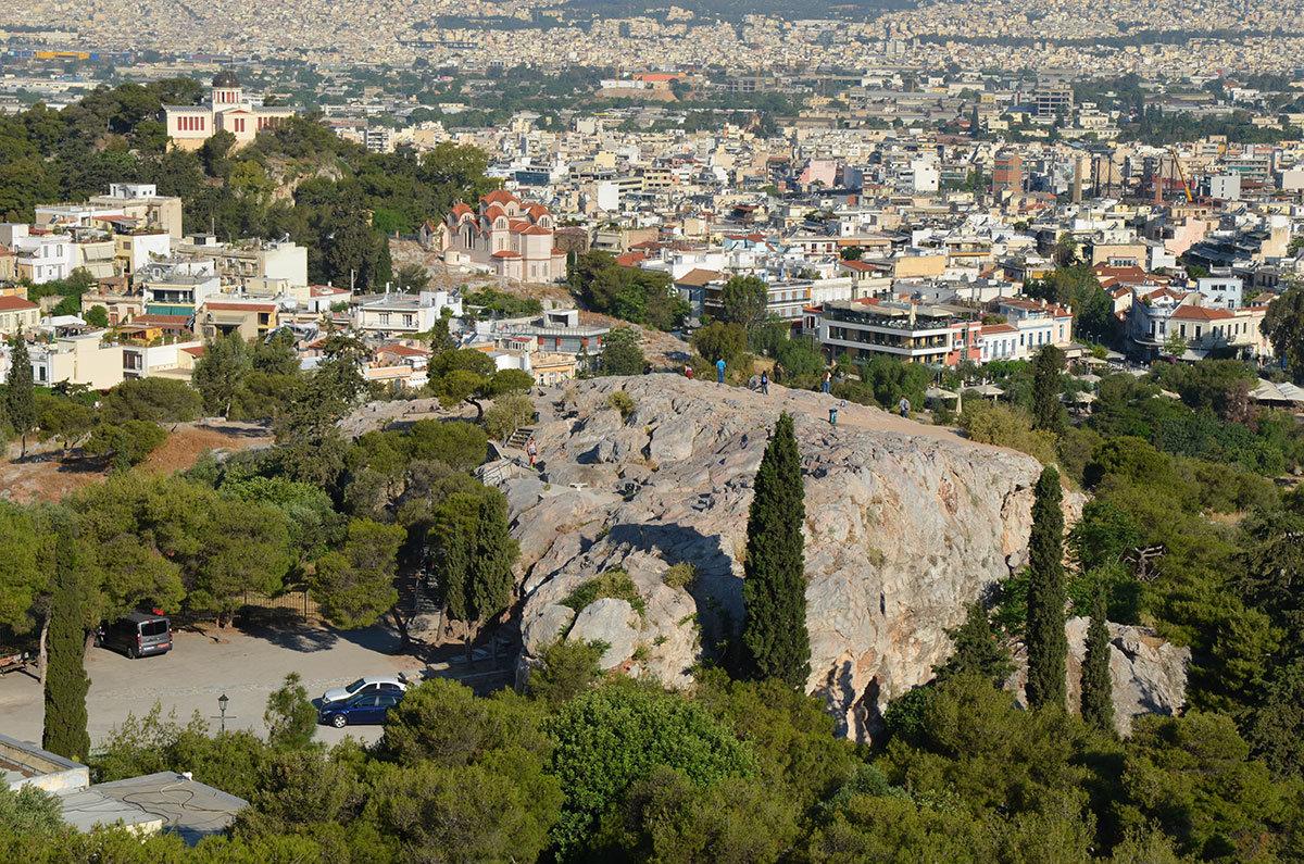 С высоты афинского Акрополя можно рассмотреть и холм Ареопаг, где в древности заседали старейшины родины демократии.