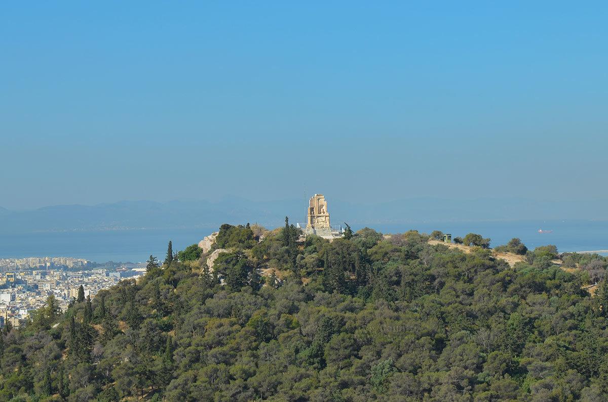 Соседний с афинским Акрополем холм Филопаппос, или холм муз, имеет примерно такую же высоту.