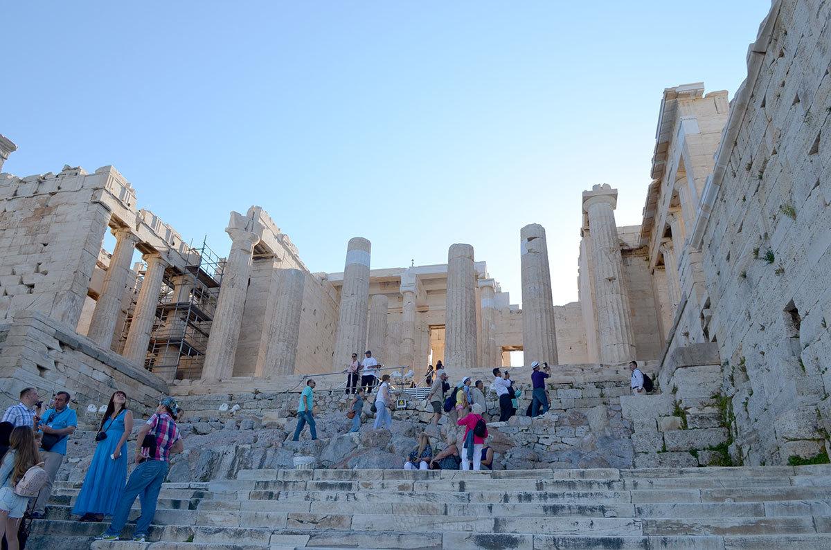 Входная группа сооружений афинского Акрополя – величественные Пропилеи встречают туристов колоннадами и портиками.
