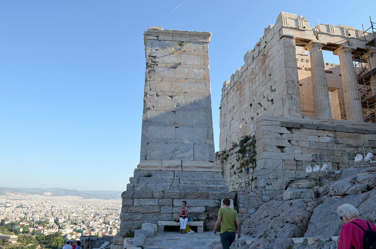 Башня возле Пропилей – пьедестал памятника Марку Агриппе, сподвижнику Октавиана в завоевании власти в Риме после гибели Цезаря.