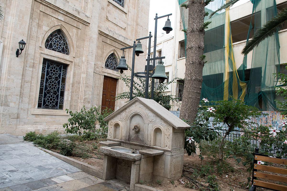Символическая колокольня, сооруженная взамен минарета мусульман, когда собор Святого Тита, как и весь Крит, освободился от турок. Здесь оставлен фонтан для омовения, характерный для мечетей.