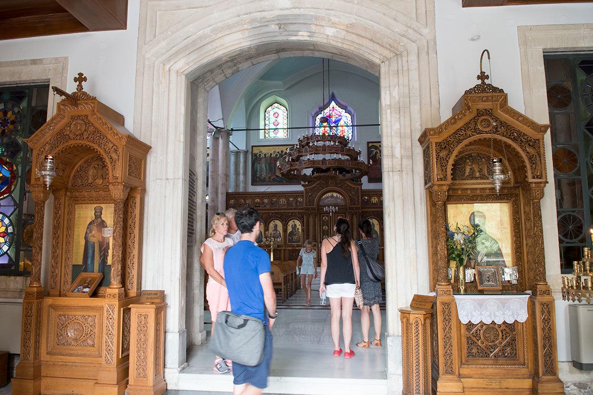 Западный вход в собор Святого Тита содержит главные его святыни – мощи святого и чудодейственную икону Богородицы.